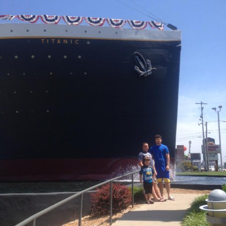 Branson, MO: Front of the museum brings to life the size of the ship