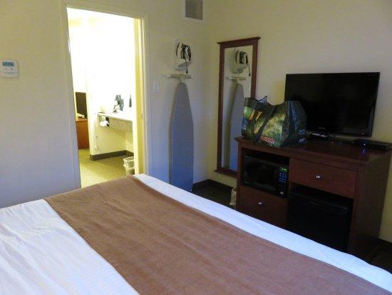Super 8 Amherst NS: chambre fermée avec lit king