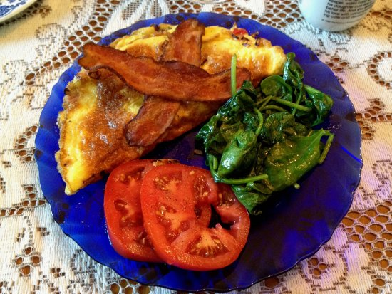 Whately, MA: Tasty omelet with sides of crispy bacon, spinach and tomatoes