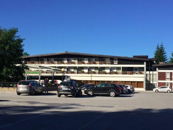Hotel Jezero: ホテルの外観は山小屋風