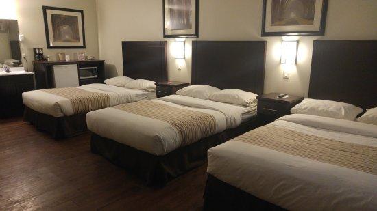 เวอร์นอน, แคนาดา: Room with 3 Double Beds