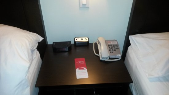 Vernon, Kanada: Each Room has a recharge station for your devices next to the beds.