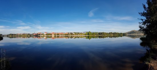 Tuggeranong, ออสเตรเลีย: Lake Tuggeranon Pano (looking west towards Tuggeranon College)
