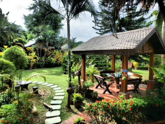 Thongbay Guesthouse: Dining area in the garden, view of garden from room