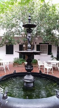 Hotel Provincial: Fountain in first courtyard