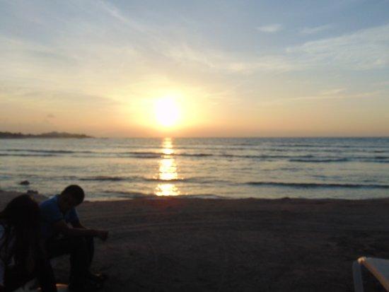 Bel Air Collection Xpu Ha Riviera Maya: admirando el amacer a la orilla de la playa
