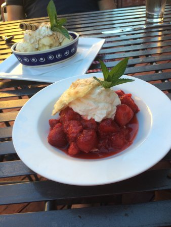Washburn, Висконсин: Amazing homemade desserts. Adffogato and local strawberry short cake