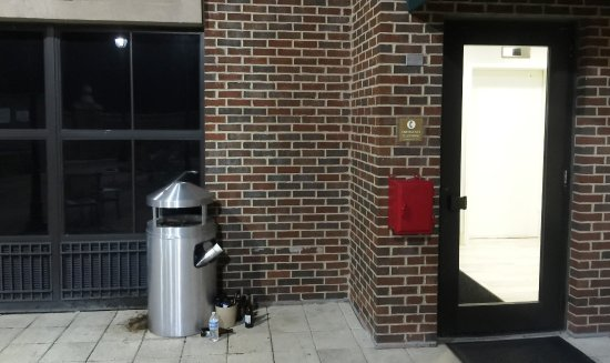 overflowing trash can at the pool picture of holiday inn savannah rh tripadvisor co uk