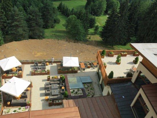 Брезно, Словакия: Výhled na venkovní restauraci.