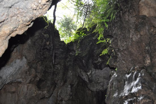 Mawjymbuin Cave : A small natural opening for light and ventilation
