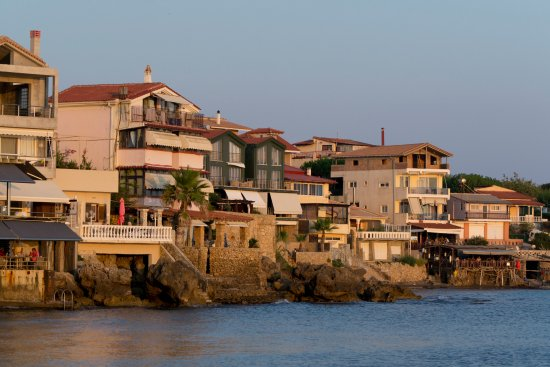 Hotel Brati II Beach: A view from the beach overlooking Arkoudi village