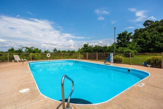 Econo Lodge Batesville: Pool
