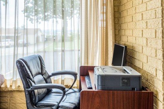 Econo Lodge Batesville: Business Center