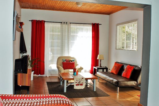 Sabie, Sudáfrica: Apartment C.  Open Plan Lounge, with Single Bed in nook