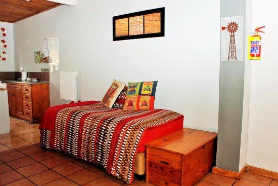 Sabie, Sudáfrica: Apartment C.  Single Bed in open plan area.