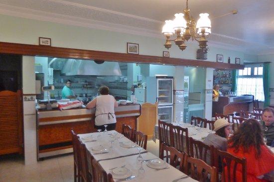 Gastraum und offene Küche - Picture of Restaurante O Cantinho ...
