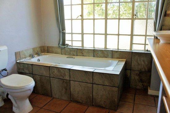 Sabie, Sydafrika: Apartment D.  1 Bathroom with Bath, Shower & Twin Basins