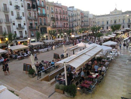 Hotel Placa de la Font: Evening Dining in the Square