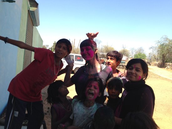 Panna Tiger Reserve, Indien: The kids took me around their village on Holi day.