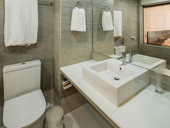 Thulusdhoo Island: CanopusRetreats_Bathroom