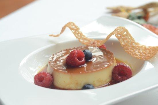 Hyatt Regency Mumbai: Crème caramel con bacche fresche_Tuscany