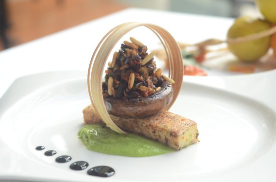 Hyatt Regency Mumbai: Di verdure torta di semolino, verde Consiglio piselli Portobello condita con caponata siciliana_