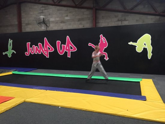 ‪JumpUp Trampoline Zone‬