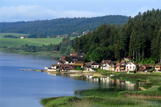 Malbuisson, Francia: Port Titi, au bord du lac Saint-Point