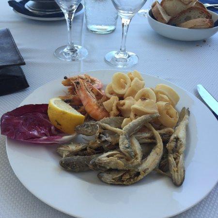 Si mangia benissimo, pesce freschissimo. Vista mare. Ottimo rapporto ...