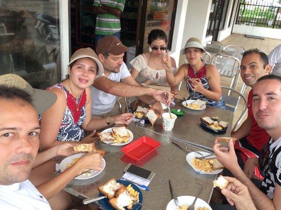 Hostal Mar y Mar: Nosso desayuno, em uma padaria que dista uns 50 metros do hostal.
