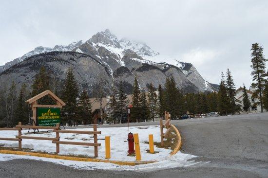 Banff Rocky Mountain Resort: Vista da recepção do resort, do outro lado alguns apartamentos.