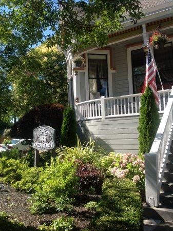 La Belle Epoque: Front lawn