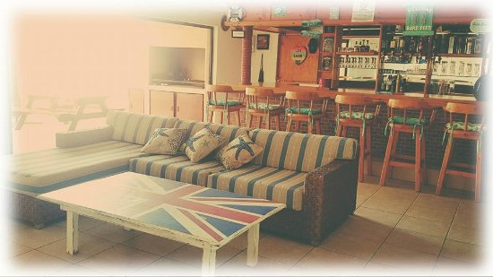 Umkomaas, Sudafrica: Our communal bar area with big screen TV, comfy couches and a pool table.
