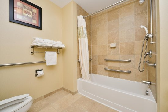 Clarion, PA: 2 Queen beds accessible tub