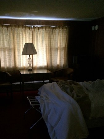 Richfield Springs, Nowy Jork: Room at about 6 AM. The shades allow too much light into the room!