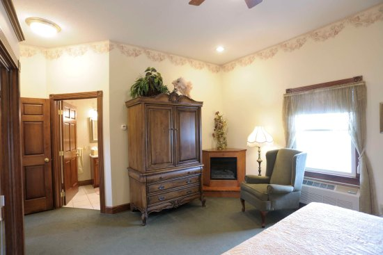 Carlisle Country Inn: King suites with fireplace & jacuzzi