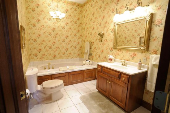 Carlisle Country Inn: Spacious bathrooms with jacuzzi