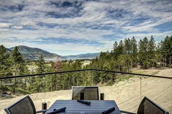 West Kelowna, Canadá: The view from the patio of the Red Fox Club