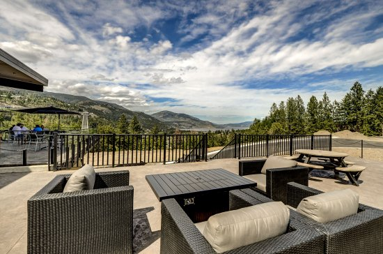 West Kelowna, Canadá: Grab a bottle of wine, bring a snack and enjoy a picnic on our side patio.