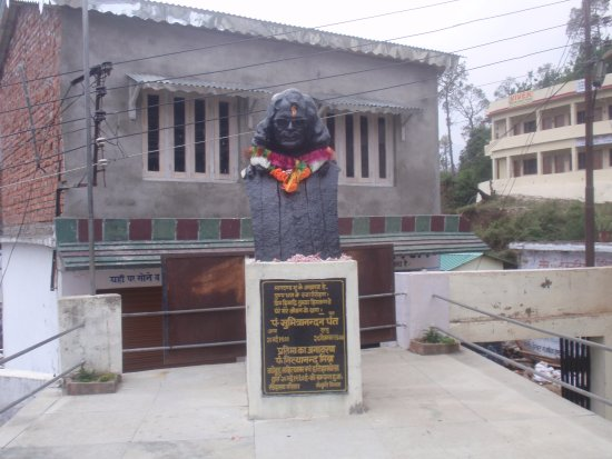 Kausani, الهند: Statue