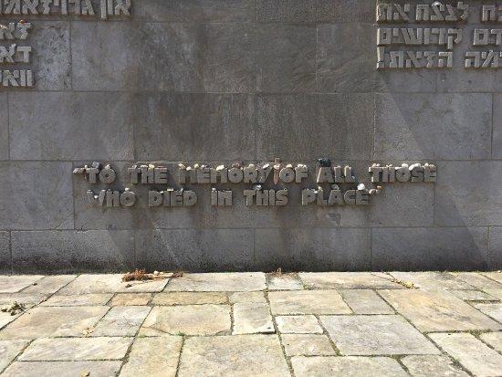 Bergen, Germania: Sykähdyttävä paikka kertoo autiolla tavalla  karua menneisyyttä. Näyttelyssä on paljon valokuvia