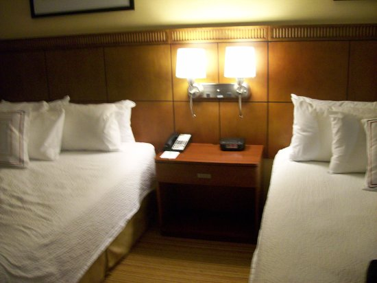 Courtyard Stamford Downtown: Our Beds in our room 808.