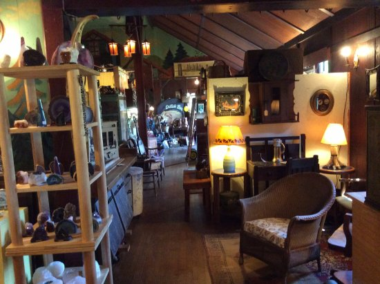 Saranac Lake, Nova York: Diverse collection of Adirondack area antiques presented with finesse