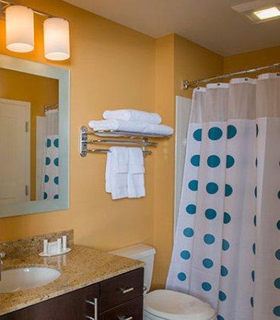 Milpitas, Californien: Suite Vanity & Bathroom Area