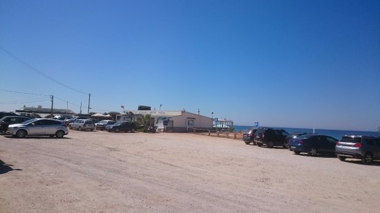 Garrao Nascente Beach: Parking near the beach.