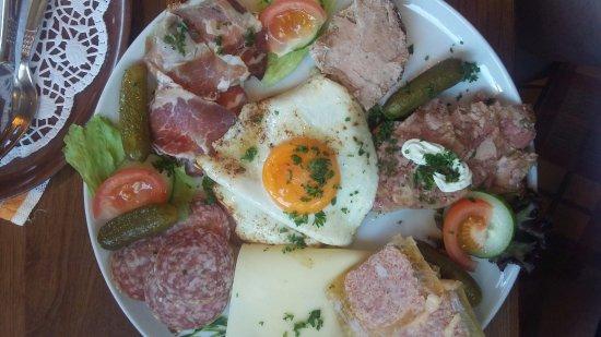 Nieheim, Alemania: kaas, vlees, ei schotel voor de kleine hap