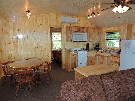 Cape Vincent, Nowy Jork: Kitchen & dinning area in cottage #25