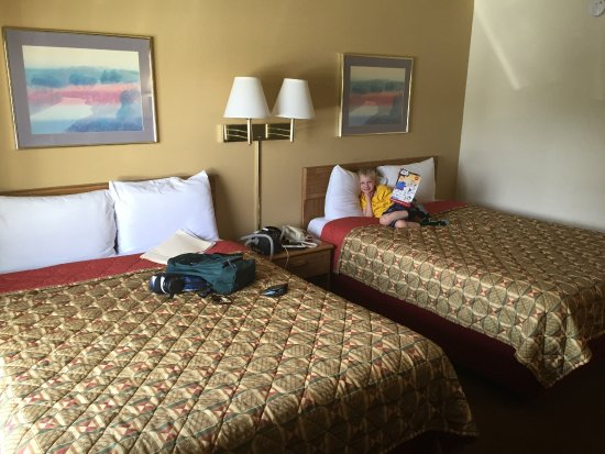 Highland Country Inn : Our room with 2 queen beds