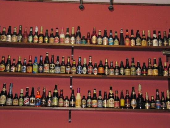 Casa Rufino: Vista de la coleccion de cervezas que cubren las paredes del local