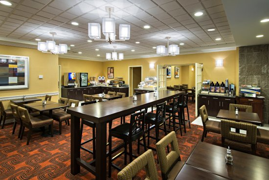Holiday Inn Express & Suites Boston - Cambridge: Breakfast Seating Area